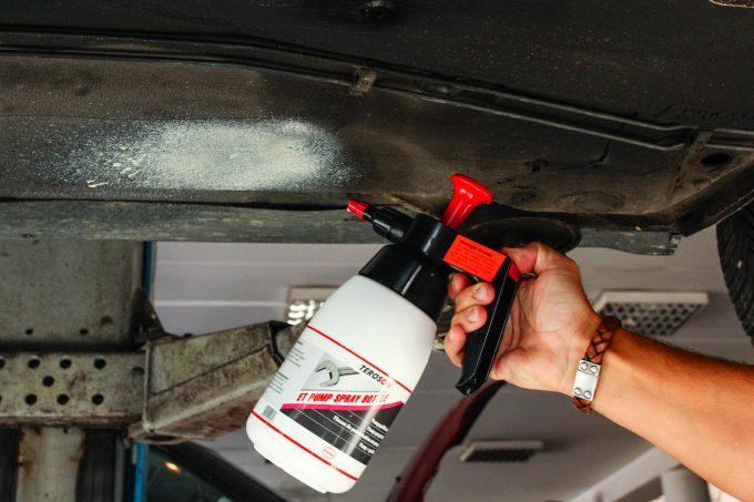 A pumpás szórópalackból otthon is könnyű felvinni a korróziótól védő viaszt. A színe fehér, műanyag burkolatok alá való
