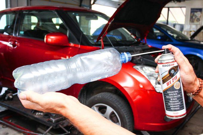 """Hoztunk spray kiszerelésű üregvédőt is: a palackos trükk mutatja a működési mechanizmust. A spray finom aeroszolt fúj, ami """"ködként"""" a kezelt üreg minden részébe eljut"""
