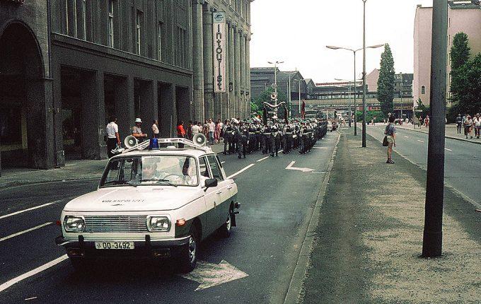 A keletnémet rendőrség nagy számban használt Wartburgokat a nagyobb teljesítményű Ladák mellett, de bevetették mentőautóként és létezett katonai (Kübel) 353-as is