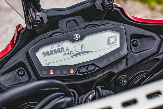 A könnyen áttekinthető LCD-műszeren még egy fokozatvisszajelző és hőmérsékletkijelző is helyet kapott