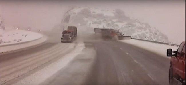 Ráhúzta a kormányt, a szakadékba taszította a kamion a hókotrót (videó)