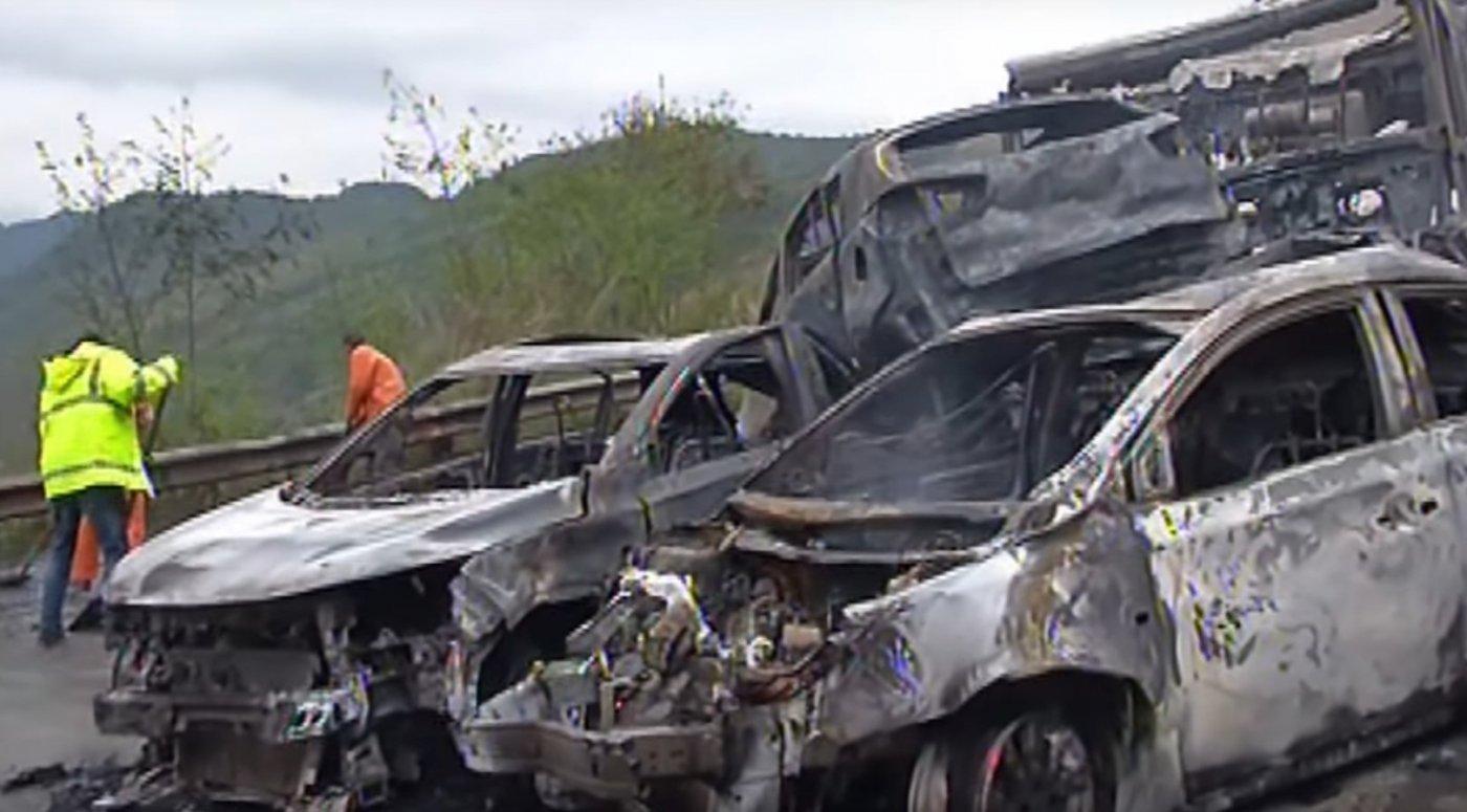 Tragikus pusztítás a kínai autópályán (videó)