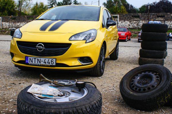 Sajátos környezetben, Opelek között a Corsa Color Edition. A helyszín a Visonta melletti versenypálya. Fotó: Lővei Gergely és Szabó Róbert