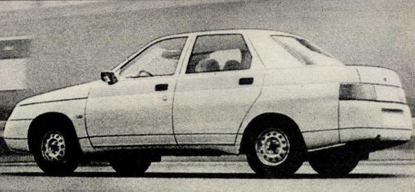 Az új Lada Szamara farrésze a Mercedes cég középosztályba tartozó modelljeire emlékeztet: osztott hátsó világítás, a motortértető a lökhárítóig ér