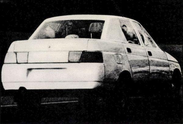 A fényszórók – plexiüvegek védelmében. Sima, legömbölyített vonalak az orr-részen. Hűtő levegőrés az első lökhárítóban. Ezt a Lada Szamarát 1991 márciusától gyártják majd szériában