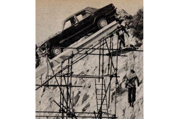 A szakadékba zuhanás utolsó fázisa: a gengsztereket (csak bábukat) elhelyezik a rámpára emelt autóban