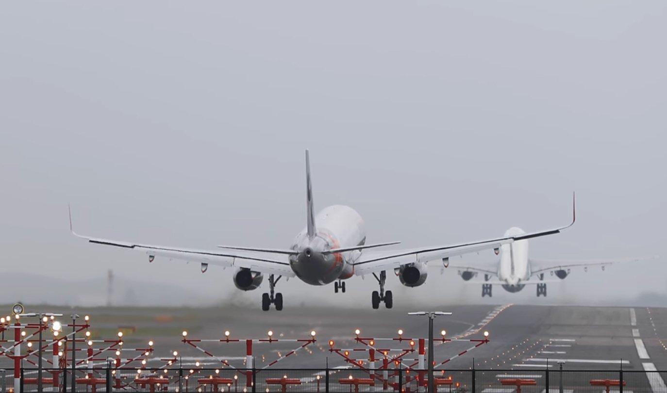 Teljes kihasználtság: majdnem összeér a felszállás és a landolás (videó)