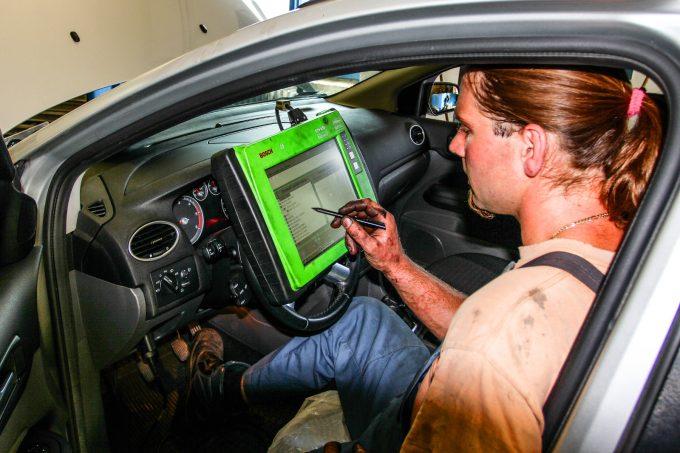A mechanikusan levett értékeket összevetik az autó elektronikája által mért adatokkal