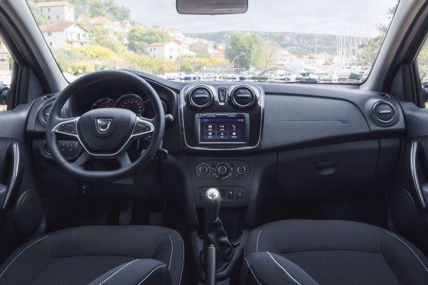 Igényesebb belső jellemzi a Dacia frissített kisautóit. Az ergonómia is javult