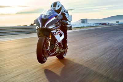 Itt a megvásárolható BMW HP4 Race