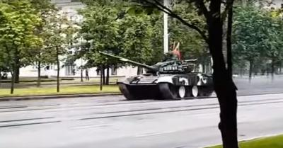 Tankkal drifteltek a fehéroroszok, letarolták a fél utcát – VIDEÓ