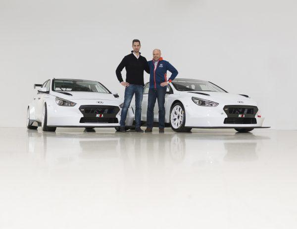 A magyar csapat Hyundaijal kialakuló szoros kapcsolatát jelzi, hogy a dél-koreai gyártó ügyfélversenyzésért felelős részlegvezetője, Andrea Adamo személyesen fogadta Bári Dávidot a németországi központban. (Fotó: M1RA)